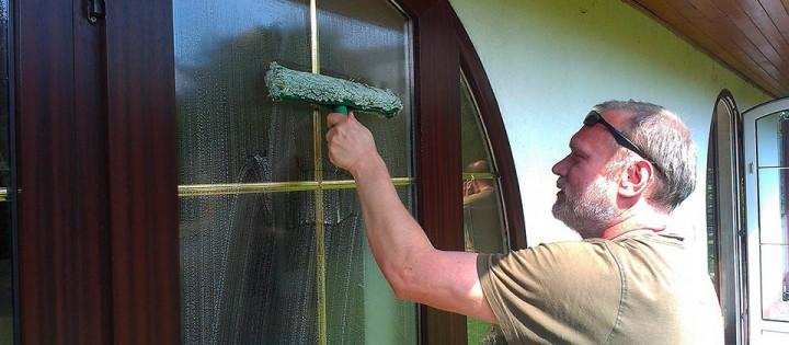 Mytí a leštění oken v domácnostech Brna